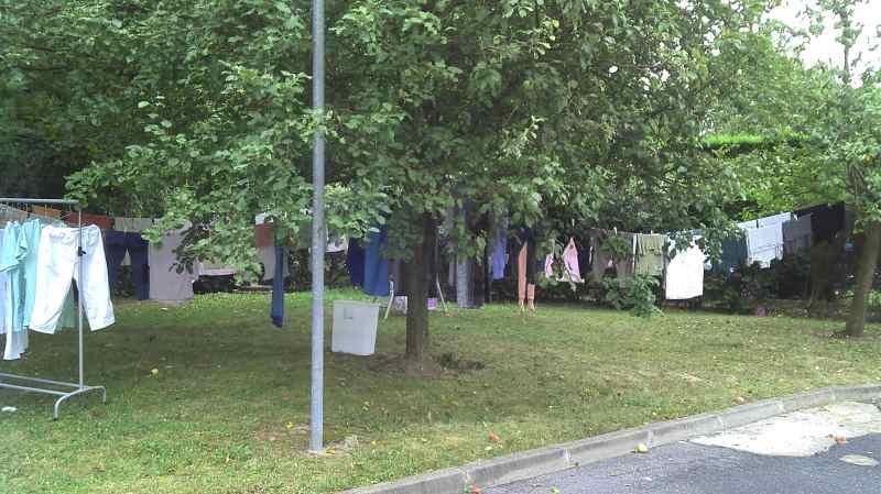 linge qui sèche dans le jardin de la maison de retraite